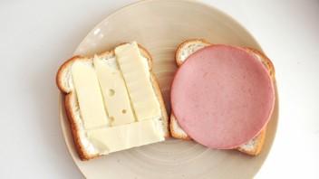 Бутерброды с колбасой и сыром - фото шаг 3
