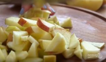"""Пасхальная """"курочка"""" из окорочков с яблочками - фото шаг 2"""