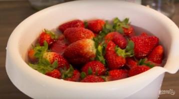 Клубничное варенье (целыми ягодами) - фото шаг 1