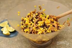 Салат с жареными грибами и кукурузой - фото шаг 5