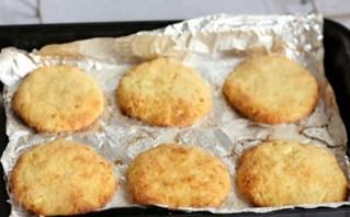 Сырники в духовке с манкой - фото шаг 4