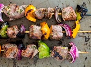 Шашлык из говядины с луком и перцем - фото шаг 7