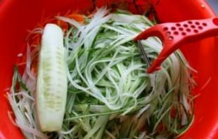 Салат из огурцов и морковки на зиму - фото шаг 4