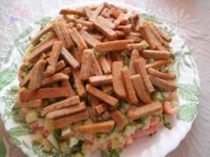 Салат с куриным филе, сухариками и овощами - фото шаг 4