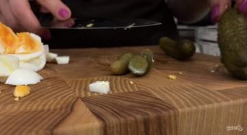Салат из кальмаров с жареными грибами - фото шаг 2