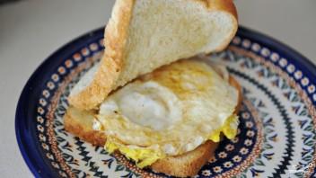 Бутерброд с яичницей - фото шаг 4