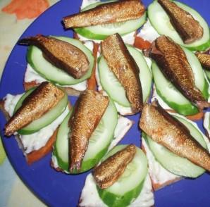 Бутерброды со шпротами и огурцом - фото шаг 3
