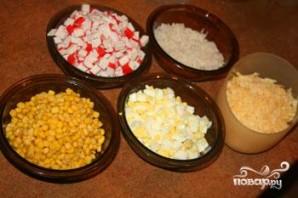 Крабовый салат с кукурузой - фото шаг 1