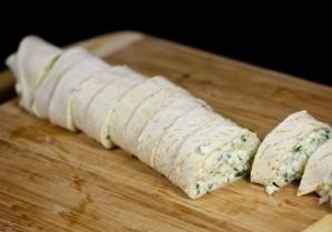 Рулетики из тортильи с сыром и чесноком - фото шаг 8