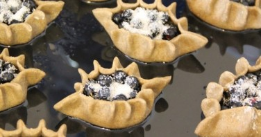 Пирожки с черникой из пресного теста - фото шаг 4