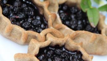 Пирожки с черникой из пресного теста - фото шаг 5
