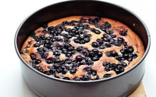 Пирог с творогом и черной смородиной - фото шаг 4