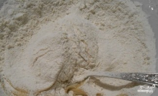 Песочный пирог с меренгой и вишней - фото шаг 3