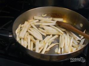 Жареный корень сельдерея с колбасками - фото шаг 5