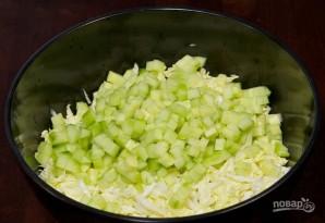 Салат с кукурузой и крабовыми палочками - фото шаг 2