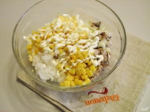 Салат с консервированной рыбой - фото шаг 5