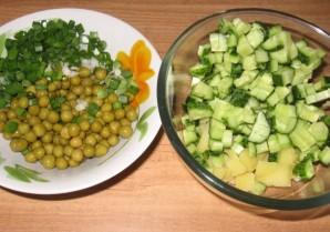 Простой салат с горошком - фото шаг 1