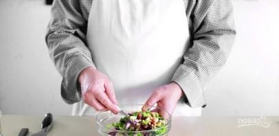 Салат с красной фасолью и кириешками - фото шаг 3