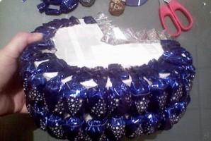 Коляска из конфет - фото шаг 4