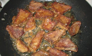 Свинина со сметаной на сковороде - фото шаг 1
