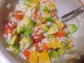 Салат из риса с лососем, авокадо и апельсином - фото шаг 4