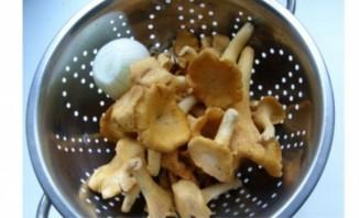 Жареные лисички с луком - фото шаг 1