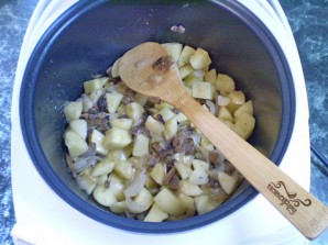 Тушеная картошка с грибами - фото шаг 6