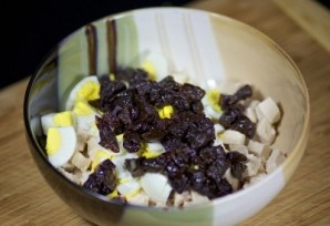 Салат с курицей, черносливом и огурцами - фото шаг 5