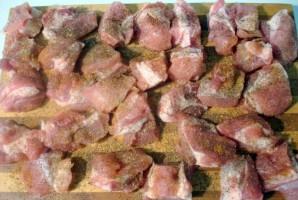 Свинина кусочками в рукаве - фото шаг 2