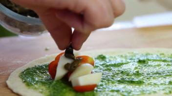 Рогалики с помидорами и сыром - фото шаг 4