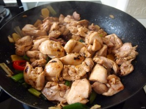 Курица с грибами в соевом соусе - фото шаг 3