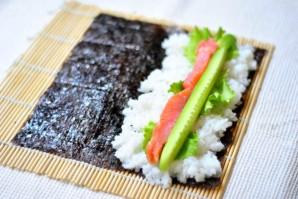 Суши с семгой и огурцом - фото шаг 4