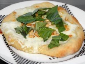 Пицца с сыром Моцарелла и кедровыми орешками - фото шаг 4