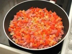 Яичница с помидорами и ветчиной - фото шаг 7