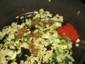 Яичница с томатной пастой - фото шаг 1