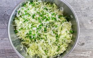 Салат из свежей капусты и зеленого горошка - фото шаг 3