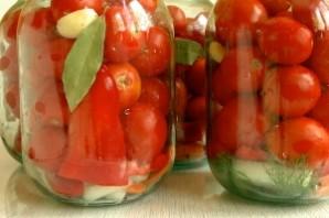 Засолка помидоров с луком на зиму - фото шаг 2