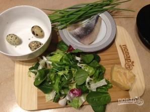 Салат из свежей зелени с сельдью и яйцами - фото шаг 1