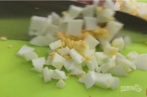 Салат с крабовыми палочками, с креветками и свежим огурцом - фото шаг 2