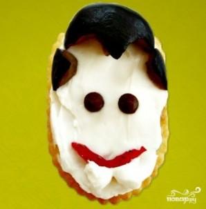 Быстрая закуска из крекеров на Хэллоуин - фото шаг 3