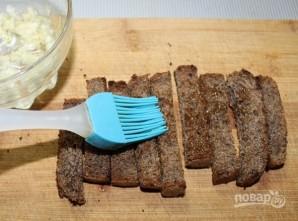 Гренки из черного хлеба с сыром и чесноком - фото шаг 4