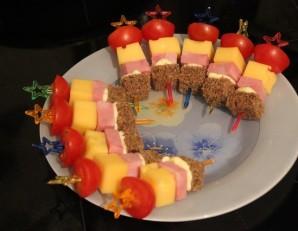 Канапе с колбасой и сыром - фото шаг 5