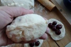 Пирожки с вишней на молоке - фото шаг 5