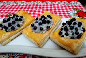 Пирожки с черникой из слоеного теста - фото шаг 8