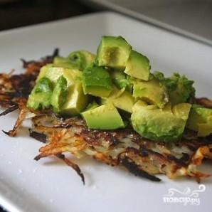 Картофельные оладьи с яйцом и авокадо - фото шаг 4
