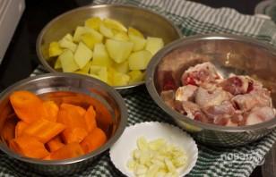 Тушеная картошка с окорочками - фото шаг 1