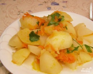 Картошка, тушенная с луком - фото шаг 5