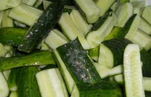 Огурцы в чесночном соусе на зиму - фото шаг 1