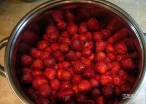 Клубничное варенье с целыми ягодами - фото шаг 1