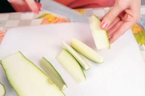 Хрустящие палочки-цукини в сырной панировке - фото шаг 1